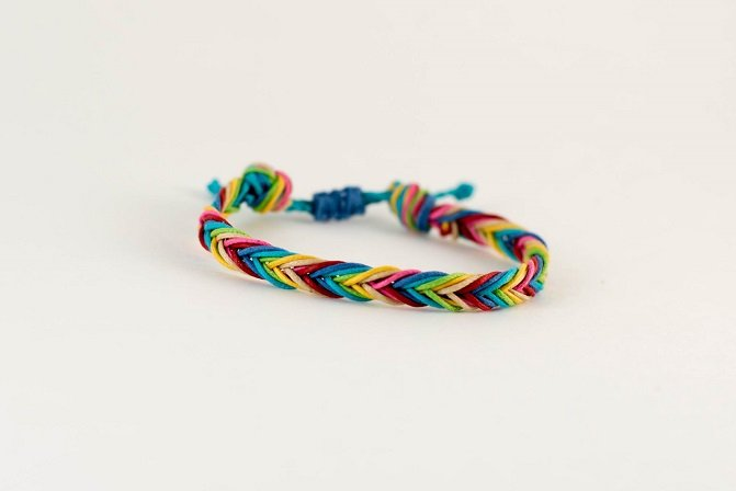 Learn how to make a Rainbow Loom Fishtail Bracelet with this tutorial.