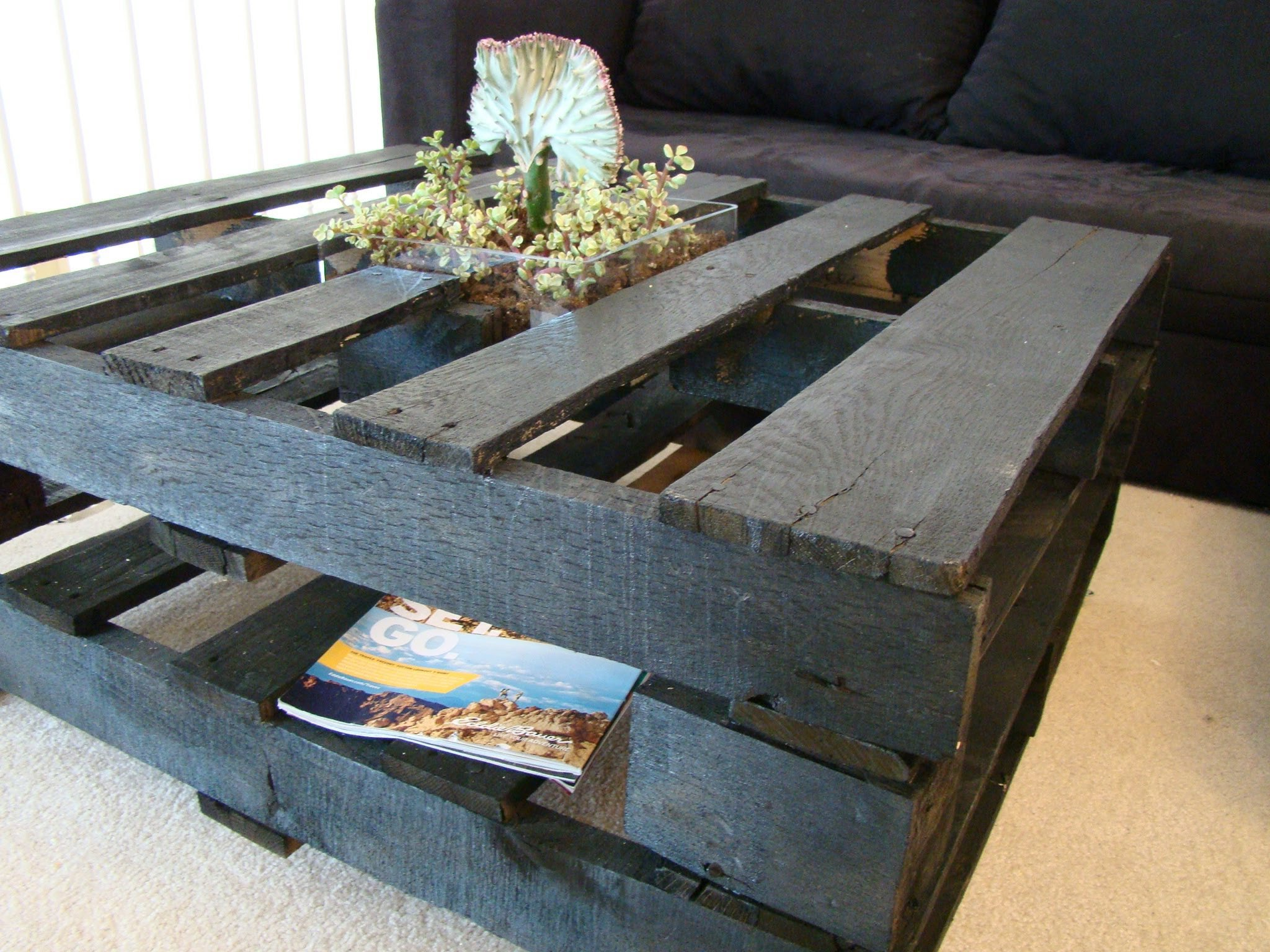 18 diy pallet coffee tables guide patterns for Table basse palette