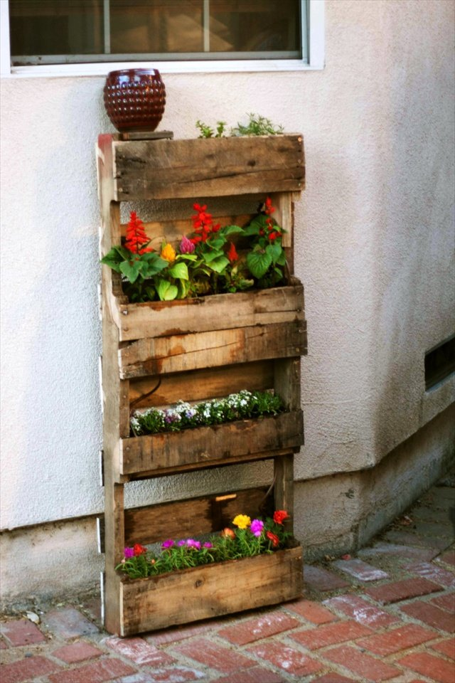 25 easy diy plans and ideas for making a wood pallet for Vertical pallet garden