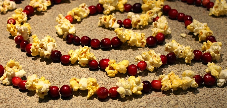 16 decorative ways to make popcorn garland guide patterns for Artificial cranberries for decoration
