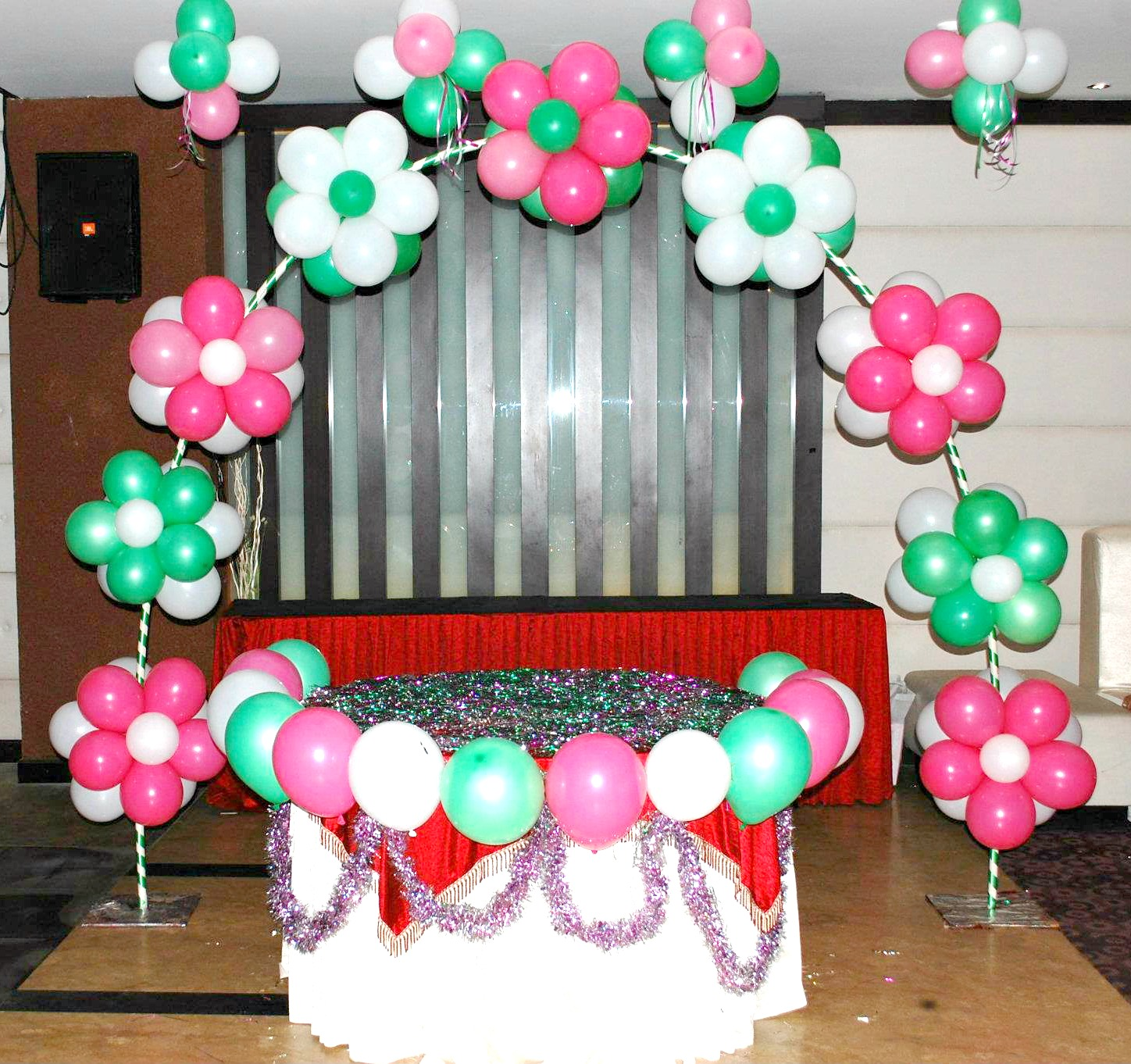 How to make balloon flowers 15 marvelous ways guide for Bed decoration with flowers and balloons
