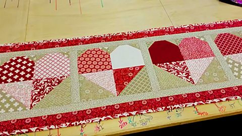 28 Free Quilted Table Runners Pattern | Guide Patterns : free valentine quilted table runner patterns - Adamdwight.com