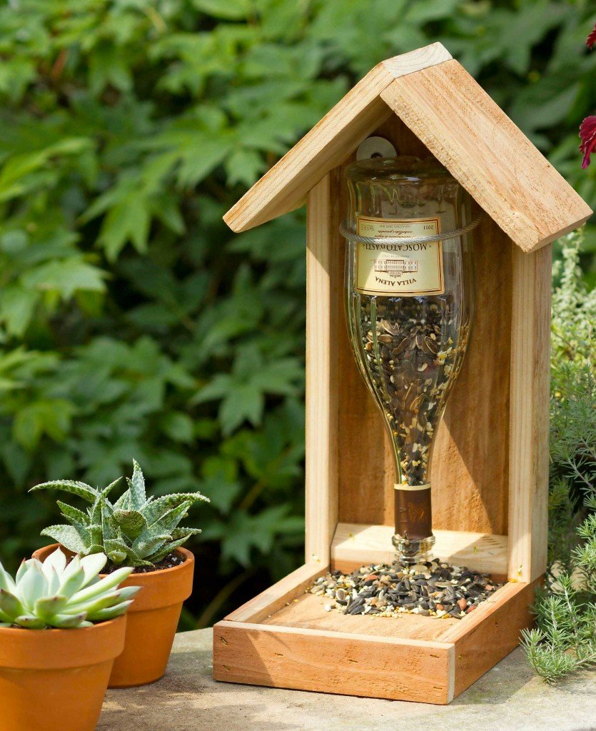11 recycled diy wine bottle bird feeders guide patterns for Decoration jardin spirale