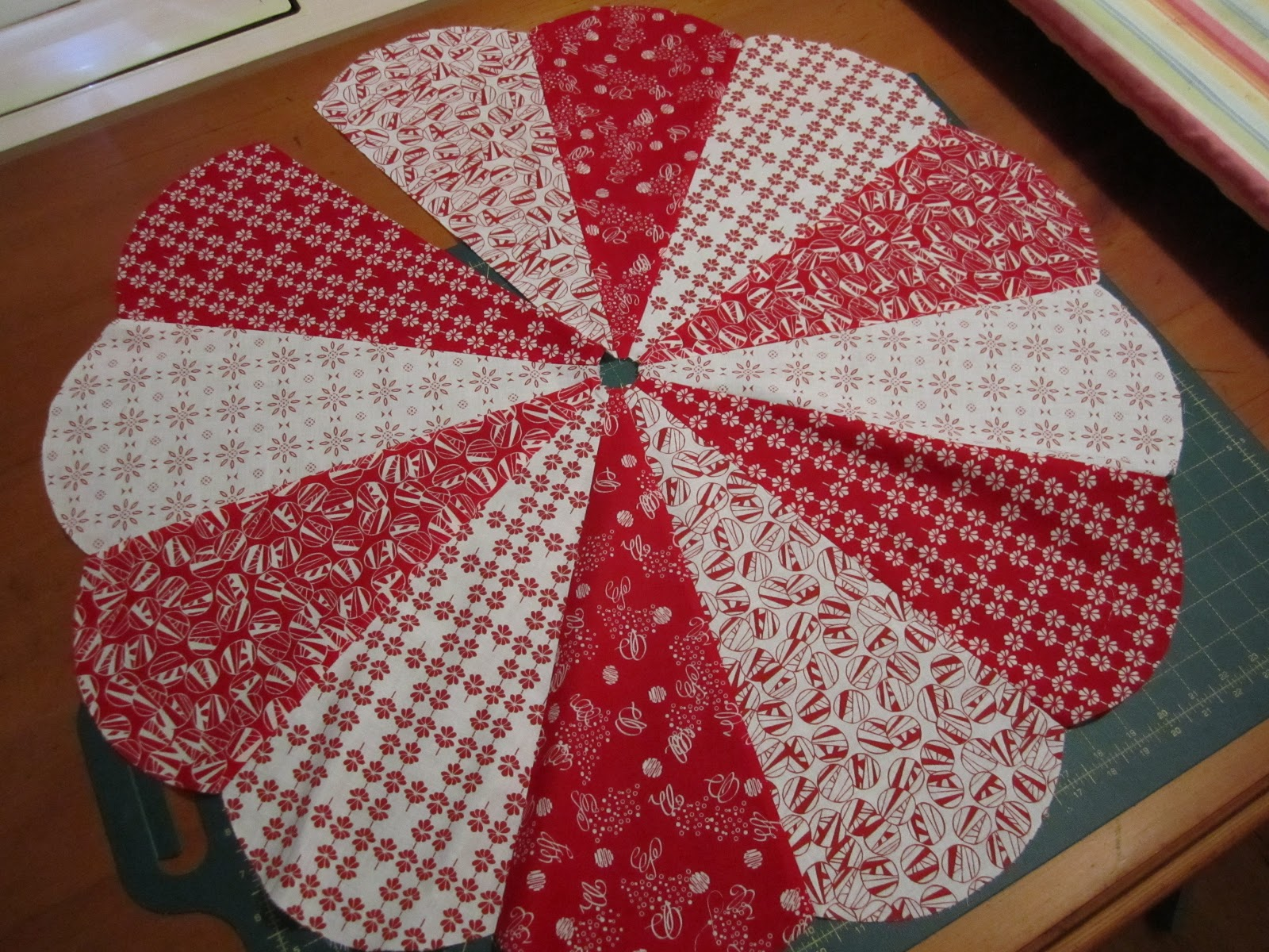 Quilting Pattern For Christmas Tree Skirt : 20 Free Quilted Christmas Tree Skirt Patterns Guide Patterns