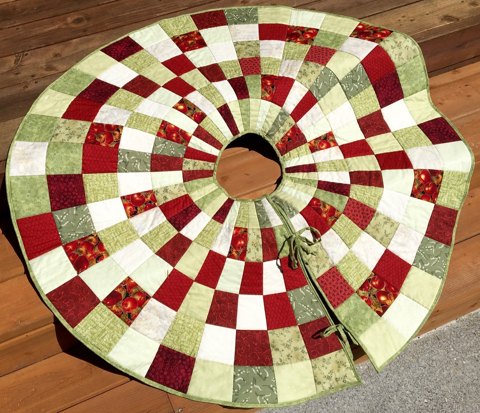 Easy Knitting Pattern For Christmas Tree Skirt : Free quilted christmas tree skirt patterns guide