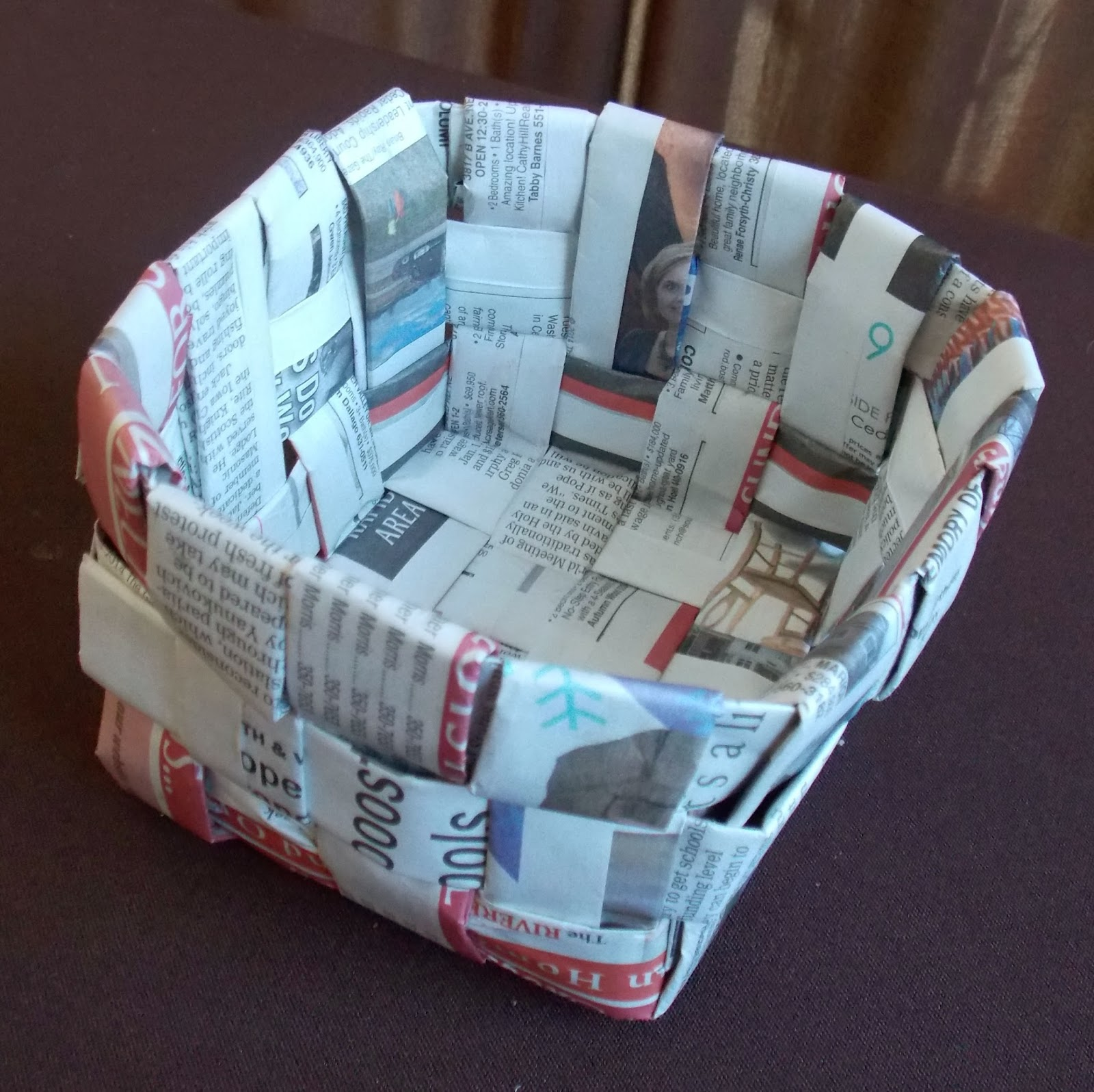 How to weave a basket with paper : Tutorials for weaving a basket out of newspaper guide